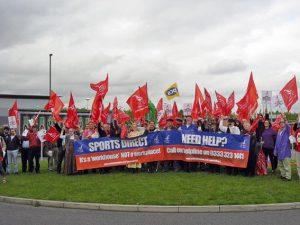 ArbeitnehmerInnen in Großbritannien protestieren gegen die skandalö sen Arbeitsbedingungen bei Sports Direct. Bild: Unite the Union