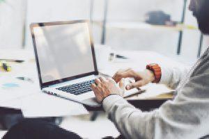 Über eine Online-Plattform werden Arbeitsaufträge an eine große Gruppe
