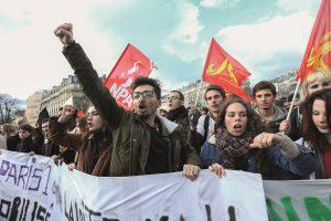 Tausende Menschen demonstrieren gegen die Verschlechterung ihrer Arbeitsbedingungen. Foto: Action Press / picturedesk.com