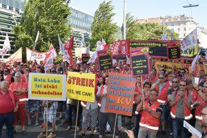 Die DruckereimitarbeiterInnen protestieren vor der Wirtschaftskammer. Foto: dewi